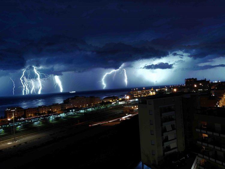 Spettacolare tempesta  elettrica su tutto il litorale
