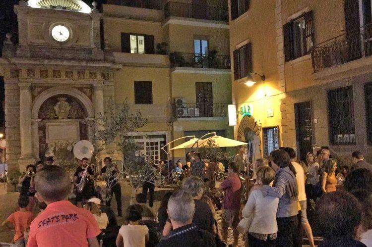Tripudio a Piazza Risorgimento per la prima della rassegna diretta da Augusto Travagliati