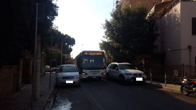 Sosta selvaggia per le vie del centro, autobus del trasporto urbano bloccato