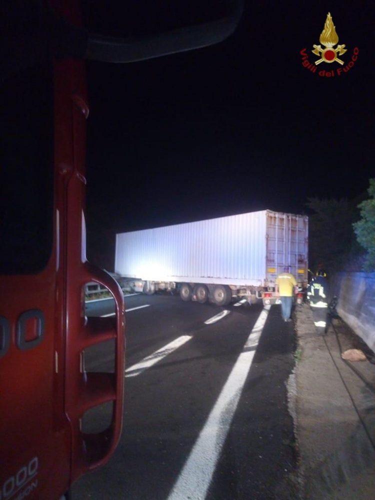 Sbanda e blocca l'autostrada: intervento del Vigili del fuoco