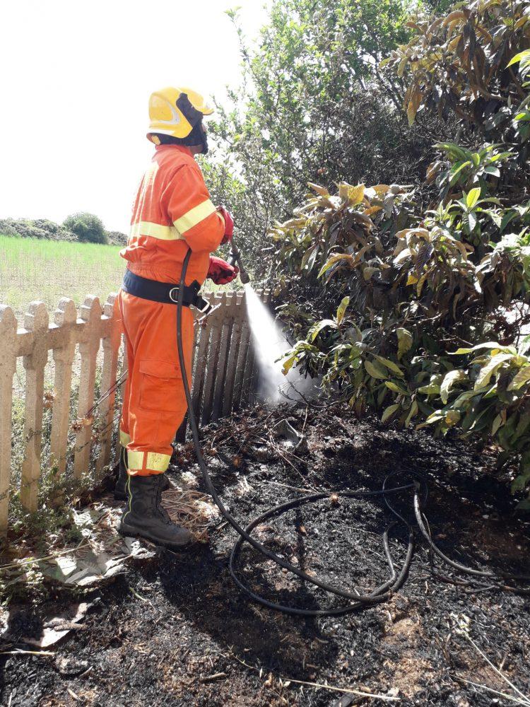 Sterpaglie in fiamme alla stazione di Tarquinia: intervento dei volontari Aeopc
