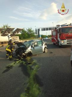 Auto si ribalta sull'autostrada, illesa la conducente