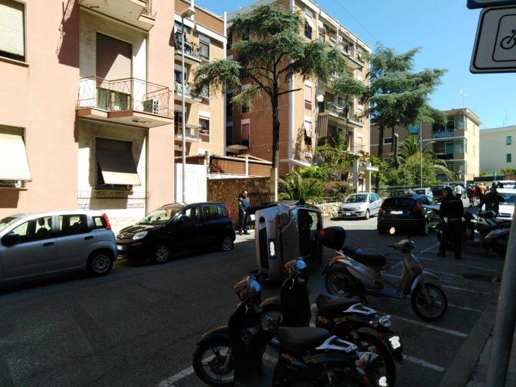 Auto ribaltata in via Leopoli