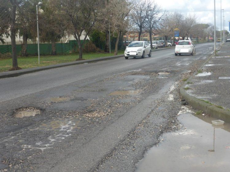 La pioggia lascia il segno: buche in quasi tutta la città