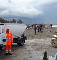 Studenti all'opera per ripulire la spiaggia di Coccia di Morto