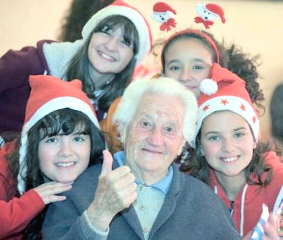 Gli studenti di Santa Marinella regalano un sorriso agli anziani