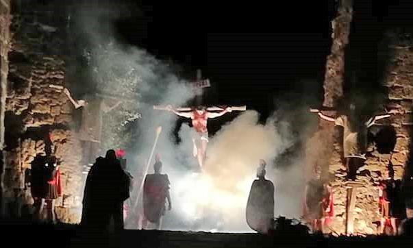 Via Crucis, migliaia le persone attente e riverenti