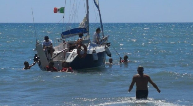 Barca a vela in secca: trainata dal battello pneumatico dei vigili del fuoco