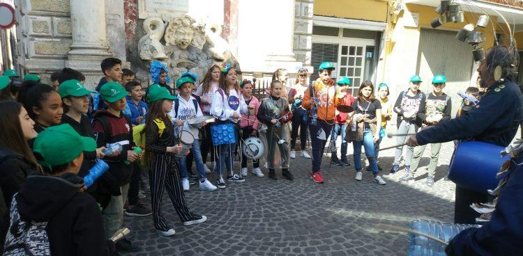 La banda riciclante della Salvo d'Acquisto sfila e suona per le vie del centro storico