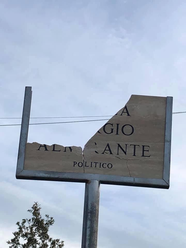 Distrutta la targa ''Piazza Giorgio Almirante''