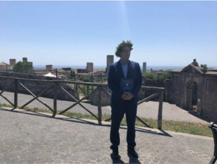 Massimo Marzi dona due libri alla biblioteca di Tarquinia