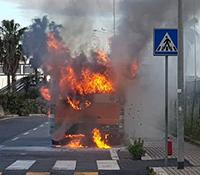 Bus in fiamme a Parco Leonardo