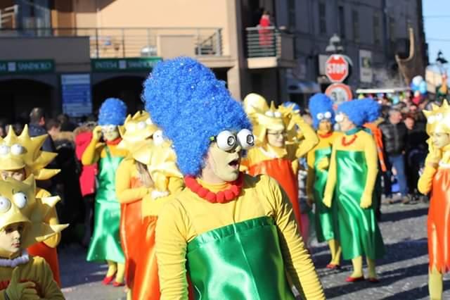 Tanta allegria e colori vivaci con le maschere dei Simpson e Alice nel paese delle meraviglie