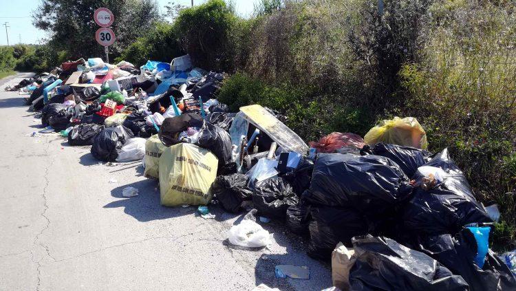 Strada della Ficoncella invasa dai rifiuti: i cittadini lanciano l'allarme