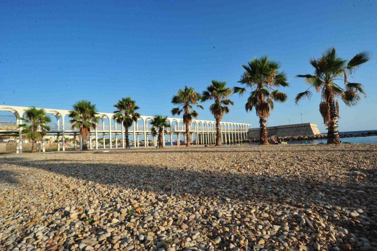 Pirgo, spiaggia fantasma in pieno centro