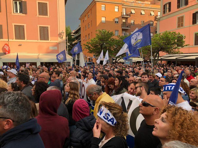 Piazza Fratti gremita per Salvini
