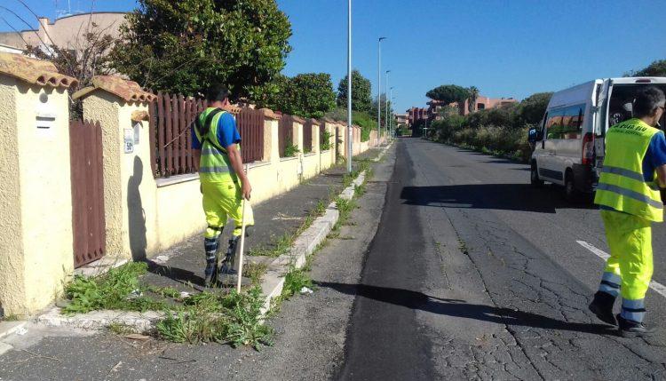 In corso la pulizia e sfalcio dell'erba dai cigli stradali