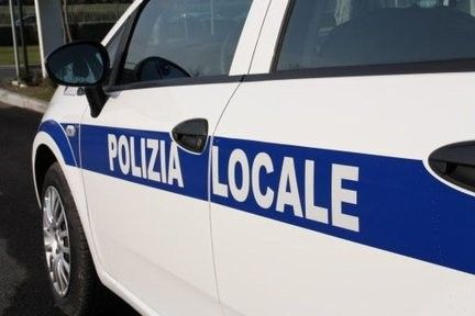 Prova a togliersi la vita, salvato dalla Polizia locale