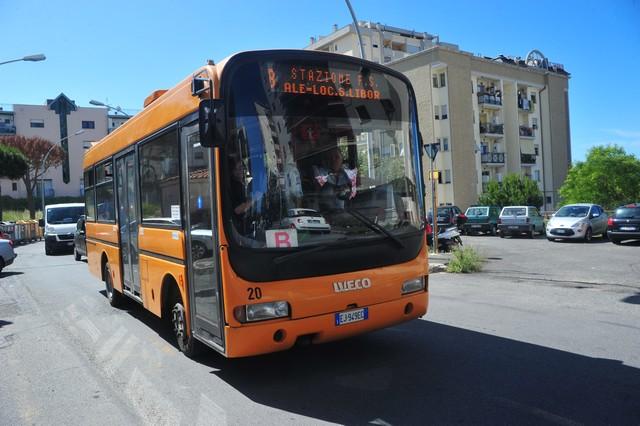 L'autobus non passa: utenti a piedi