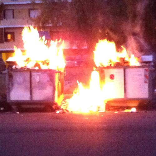Cassonetti ancora in fiamme