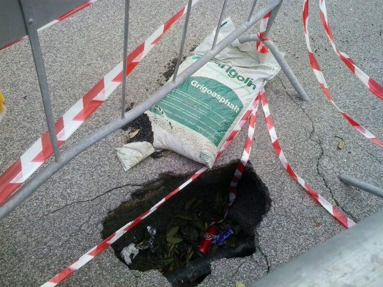 Un cratere al centro della strada