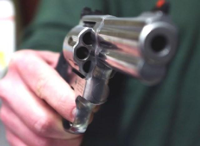 Quattro colpi di pistola: imprenditore rapinato