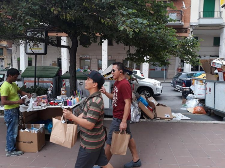 Turisti a passeggio tra l'immondizia