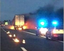 Tir in fiamme sull'A12: traffico rallentato