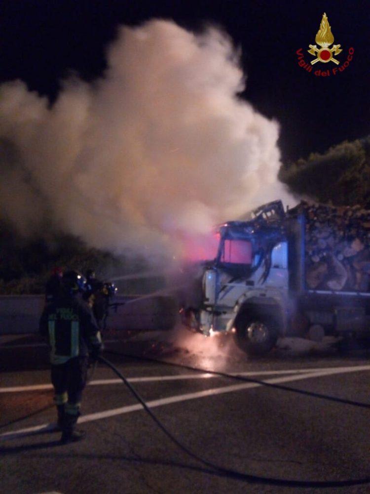 Camion in fiamme sull'A12, intervento dei Vigili del fuoco