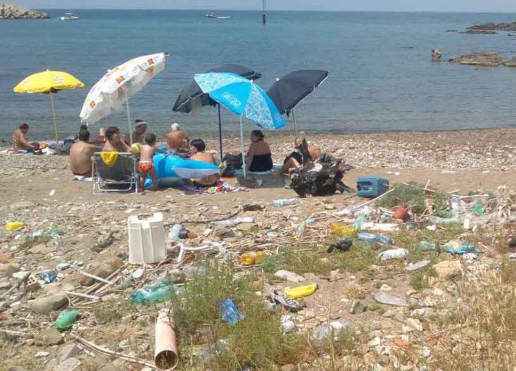 Una giornata al mare circondati dai rifiuti