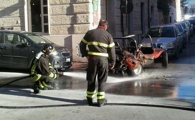 Auto in fiamme in via Alessandro Cialdi
