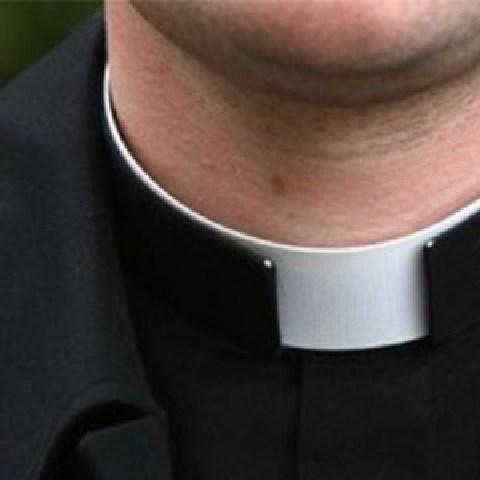Tribunale: prete sospeso si presenta col colletto