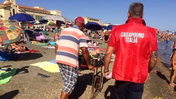 Ostia, blitz di Casapound contro i venditori abusivi sulle spiagge libere