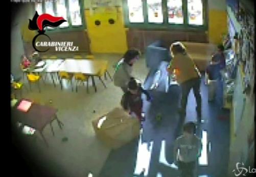 Maltratta gli alunni e sputa in faccia a un bimbo: sospesa una maestra