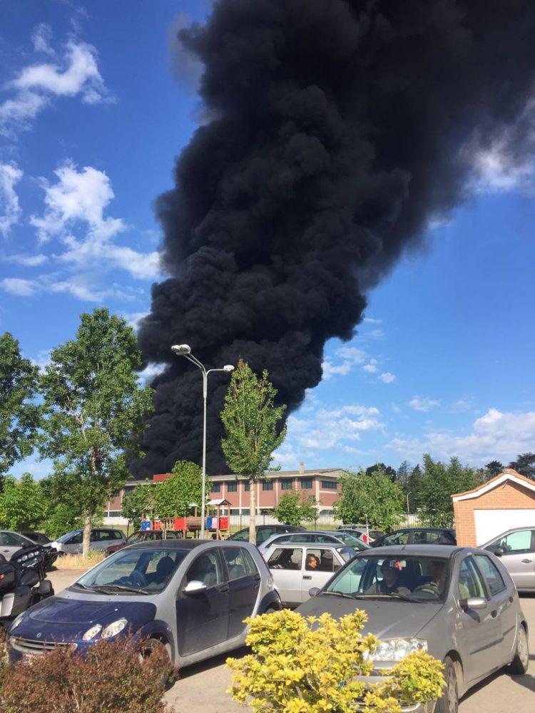 Incendio in uno stabilimento di Pomezia: paura per la nube tossica