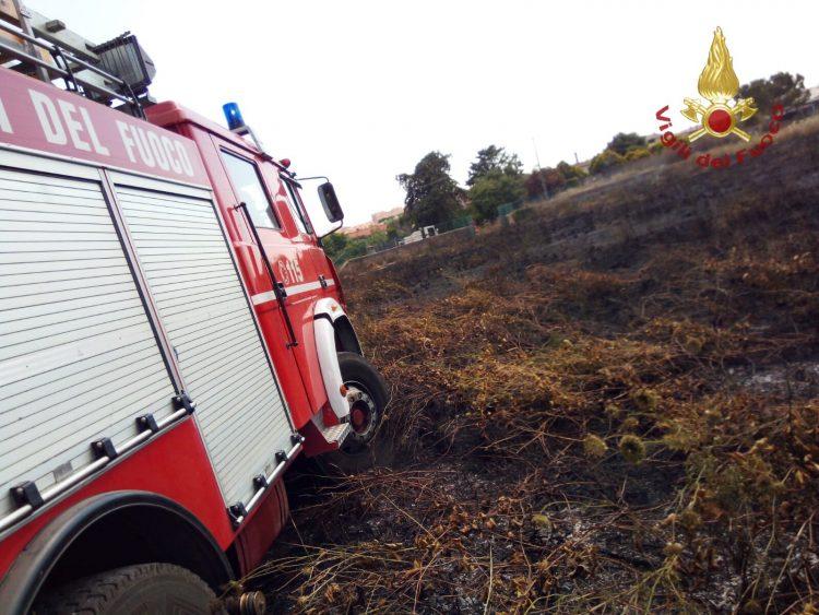 Ladispoli, incendio sull'Aurelia