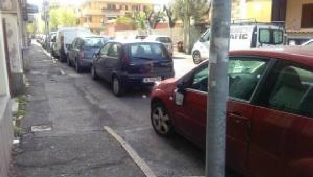 Distrutti gli specchietti di auto parcheggiate