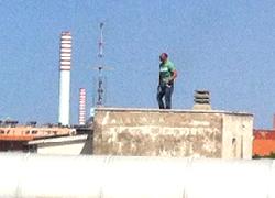 Minaccia di gettarsi dal tetto del Tribunale