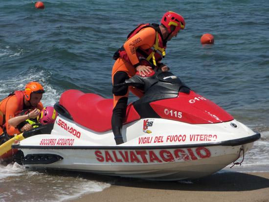 Mare mosso: ragazza in difficoltà salvata dal presidio acquatico dei Vigili del fuoco