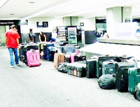 Rubavano nelle valigie, colti sul fatto 5 addetti al carico e scarico