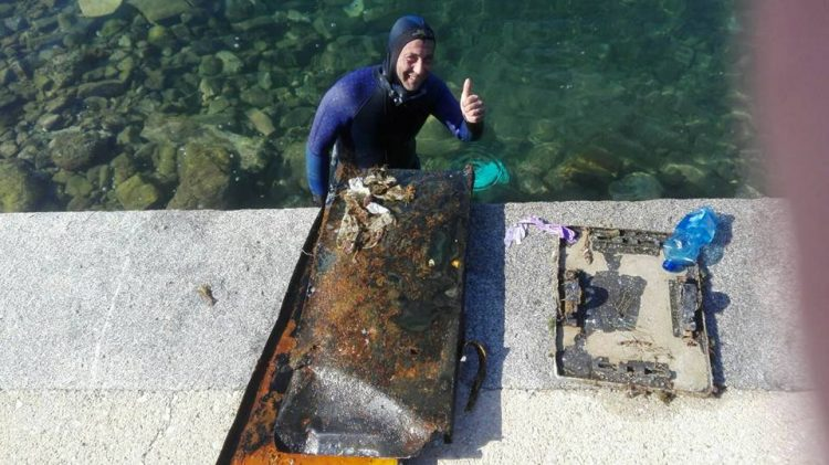 Onda popolare in azione: ripulito il fondale dell'anfiteatro alla Marina