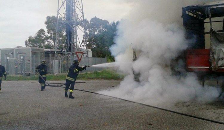 A12, autoarticolato in fiamme