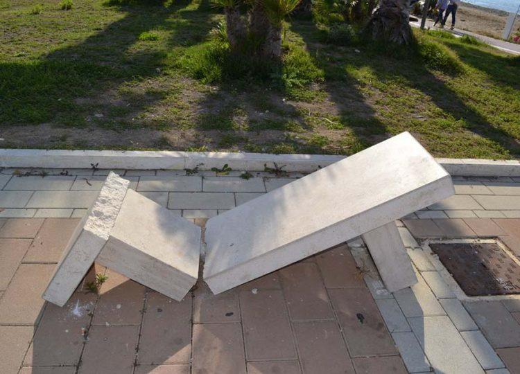 Panchina di marmo distrutta alla Marina