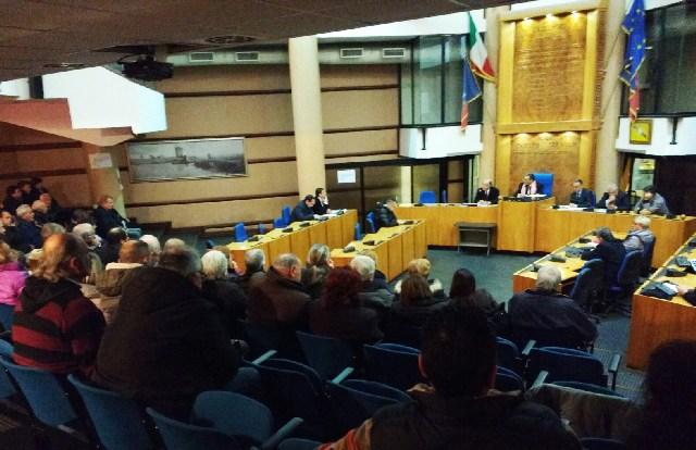 Consiglio comunale gremito per chiedere la riduzione dell'Imu