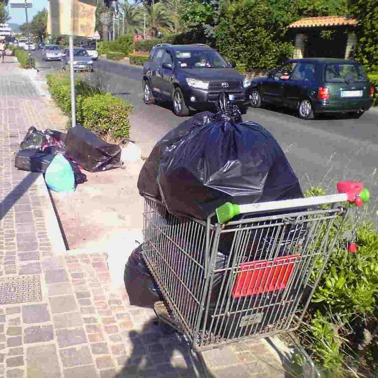 Flop differenziata: strade invase dai rifiuti
