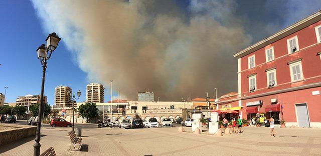 L'incendio (foto Walter Ibelli)