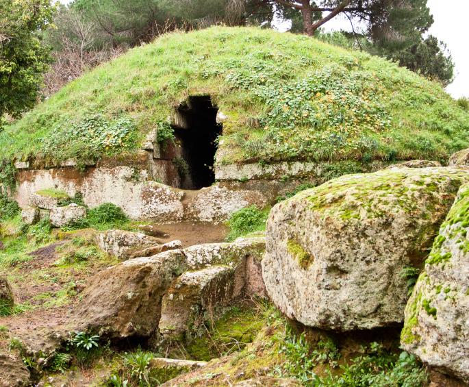 Alla Necropoli della Banditaccia: 'Tombe del Comune al chiaro di Luna'