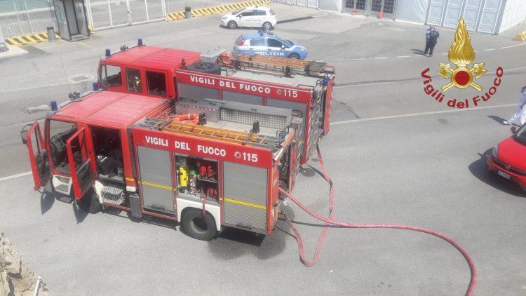 Incendio al porto: fiamme in un locale in disuso