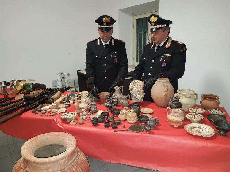 Lite in famiglia: carabinieri scoprono armi e reperti archeologici