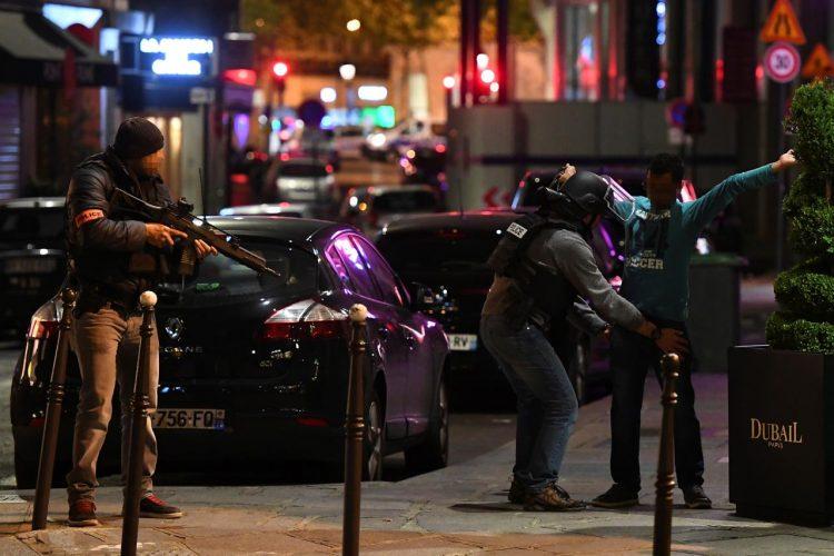 Isis riporta terrore a Parigi a pochi giorni da voto